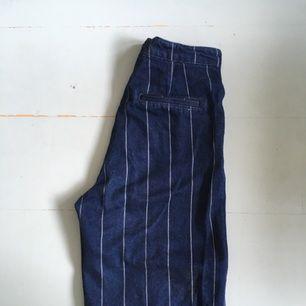 Ett par lite vida mörkblå byxor med ljusa sträck. Jeans material och lite korta i benen:) från Monki