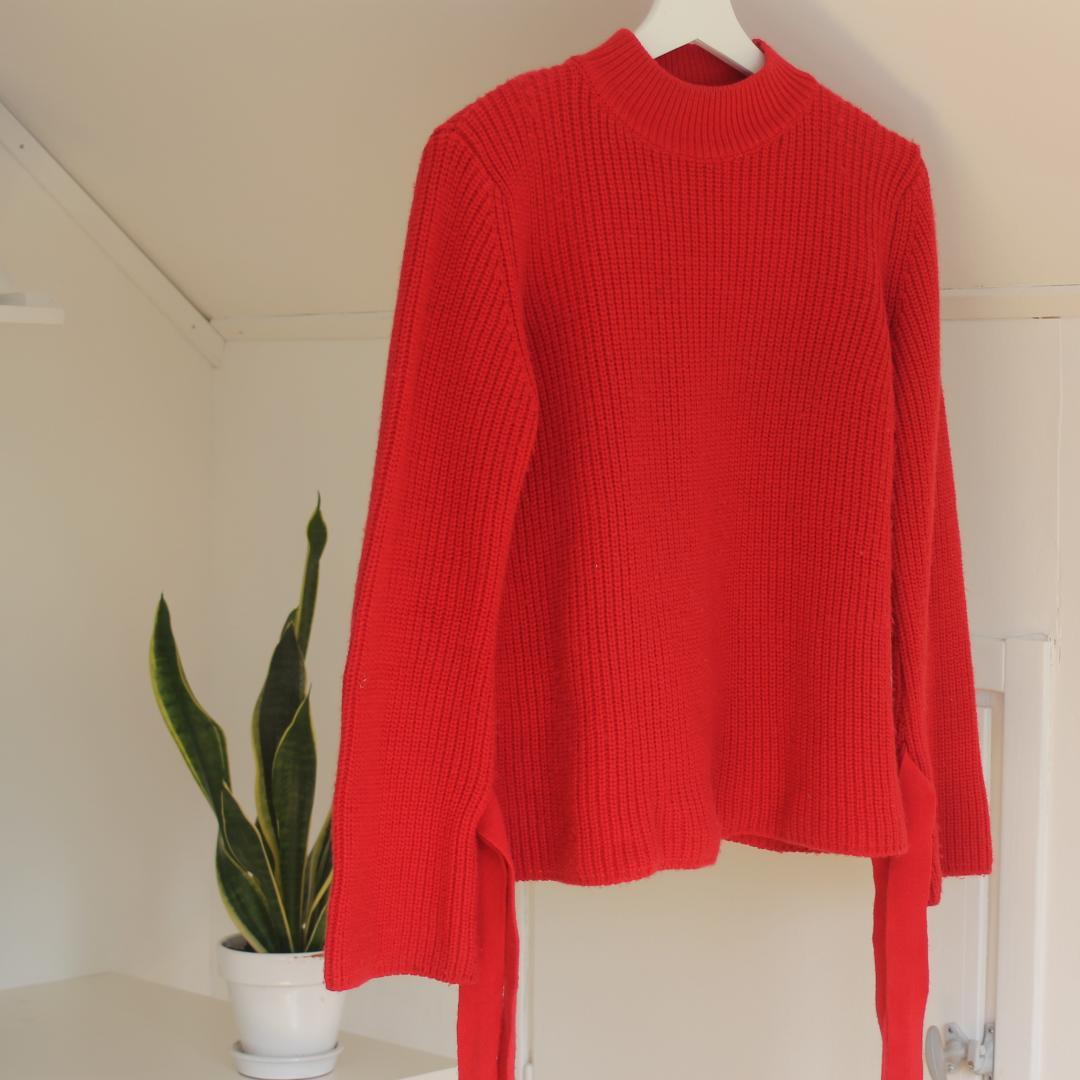 Röd stickad tröja. Något nopprig och en maska har gått i halsen, annars fin! . Tröjor & Koftor.