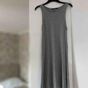 Knappt använd klänning i skönt tyg. Passformen är flowy och lös. Passar perfekt som strandklänning m.m. Från Bik Bok