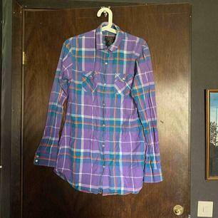 Gammal snygg färgglad skjorta, köpt alldeles många år sen men fortfarande i ny skick. Knappt använd. Strl 38.