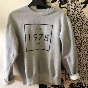 """sweatshirt med The 1975-tryck, sparsamt använd så bra skick. den är rätt """"kort"""" i modellen men baggy i övrigt. 🌹🌹"""