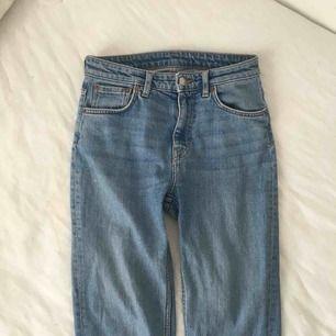 Weekday Jeans i den perfekta blåa färgen tyvärr lite för stora för mig är mer en 26a och har inte så mycket kurvor!