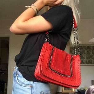 Röd väska från Zara i läder och mocka. Köpt 1 år sen, nypris ca 1000kr.