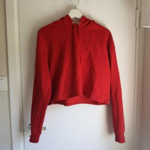 Röd croppad hoodie från Gina Tricot! Aldrig använd! Perfekt till lite kallare sommarkvällar ❤️