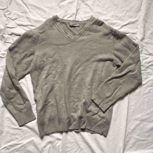 Varm och skön tröja/pullover i 100% merinoull. Storlek M men har krympt i tvätten och passar nu XXS alternativt strl 140-150 cm.