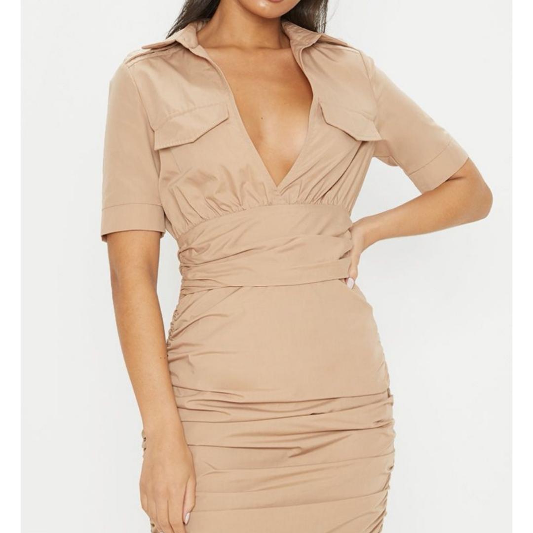 Helt oanvänd sand färgad klänning. Dragkedja på sidan. Säljes då den är för stor.  Kan fraktas!! . Klänningar.