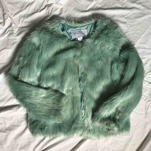 Blågrön lurvig jacka från NLY Trend. Storlek S. Ej tvättbar, men sparsamt använd och inte smutsig.