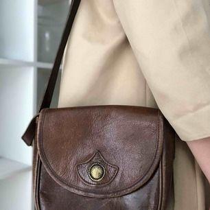 En skit cool second hand hand väska i brunt läder, den har lite repor här o där pga secondhand men det är mest  charmigt <33