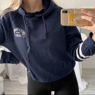Jättefin hoodie ifrån Gina, super skön , marinblå