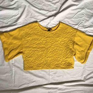 Vid, kort topp i lite tjockare tyg från H&M. 100% bomull. Använd två gånger och därmed i fint skick. Storlek 34.