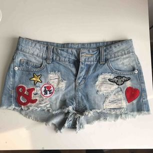 Shorts från new yorker med coola patches på. Fint skick förutom att det saknas en knapp, men det är nog lätt för den händige att fixa