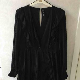 Supersöt klänning från zara, ny inköpt men kommer tyvärr inte komma till användning då den är lite för kort för mig som är 173. Storlek M men passar också S.