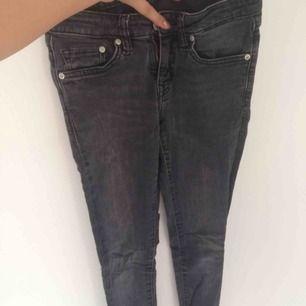 Säljer mina gråa Crocker jeans, dom är i fint skick och väldigt sköna. Frakt betalar du för