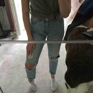 Slitna jeans från Monki, storlek 28! Pris kan diskuteras.