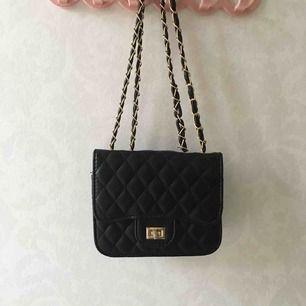 Fin väska från Zara! Aldrig använd pga inte min stil. Liten och smidig, pris kan diskuteras