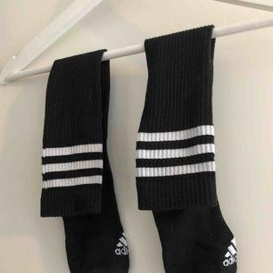 Oanvända adidas strumpor. Går upp till knäna.  40 styck eller 70 för båda.   🌸 3 FÖR 2 PÅ ALLA ANNONSER🌸  Kan mötas upp i Kalmar, annars står köparen för frakt på 42 kronor. Ansvarar inte för Postnords slarv.