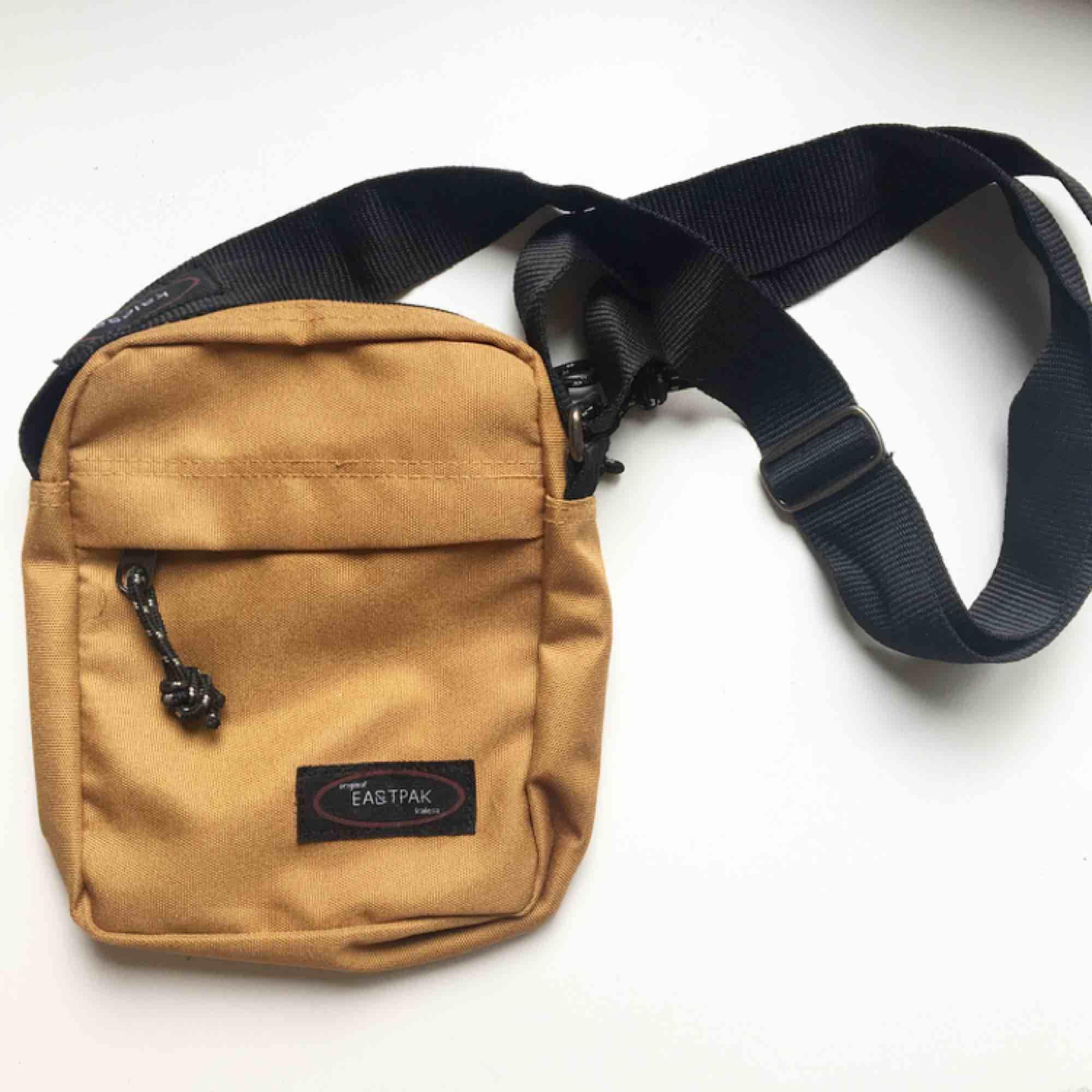 Snygg beiche Eastpak kopia inköpt i Barcelona 🌞! Kan mötas upp i Sthlm annars står du för frakt 🤗. Väskor.