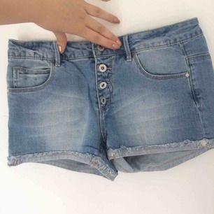 Shorts i barn storlek men tror att dom passar XS också. Aldrig använda