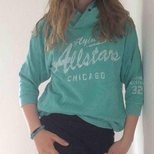 Snygg hoodie från new yorker. Sitter snygg, använd men i bra skick. Cool grön blå färg