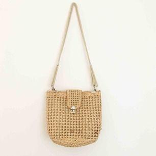Superfin somrig handväska 🌞 inköpt på Judits second hand förra sommaren. Möts upp i Stockholm eller så står du för frakt 🌸