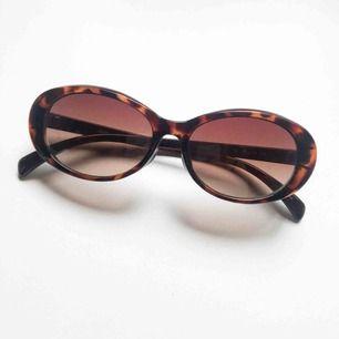 Underbara solglasögon från Uniqlo! Liten repa på högra glaset men stör inte helheten 🤗