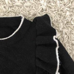 Stickad tröja med volanger på bak & framsida. Köpt på Tessie, frakt tillkommer