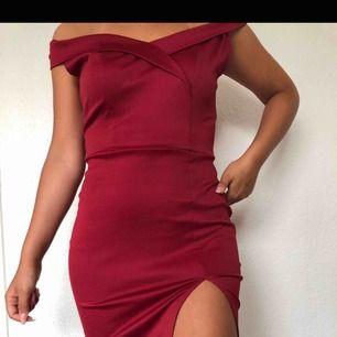 Snygg röd klänning från DM retro, sitter snyggt på kroppen med en slits på höger sida. Klänningen är kort. Köptes för 500 säljer för 350. Endast använd en gång!