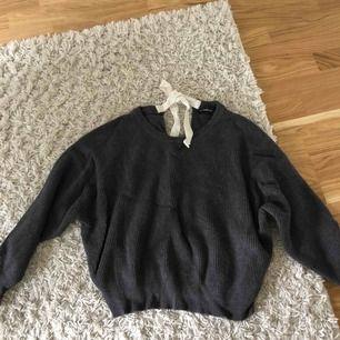 Oversize stickad tröja med knytning i bak. Köpt på zara, frakt tillkommer