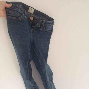 Lee jeans som passar XS, använda men i helt ok skick, finns ett litet hål på ena bakfickan efter att jag har haft min telefon där.