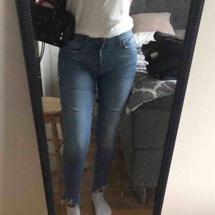 Jeans från Zara med streck på sidorna och slitningar längst ner, storlek 36 och sitter väldigt fint på, säljer eftersom de är för tajta för mig nu