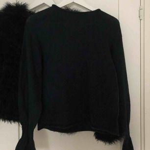 Mörkgrön stickad tröja med vida armar. Köpt på Gina Tricot, frakt tillkommer