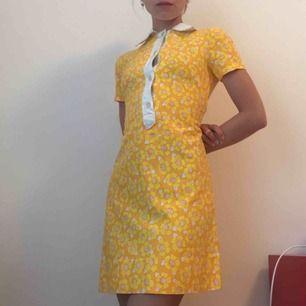 Gulblommig 60/70-tals klänning, knappar framtill, super fint skick!