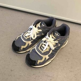 Adidas temper run i lila. Bytta skosnören från lila till vita, superbekväma dad shoes. Knappt använda!
