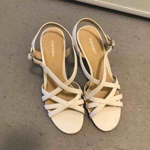 Vita sandaletter ev klackskor från graceland