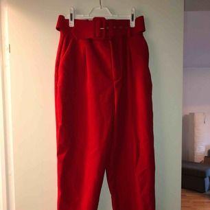 Röda högmidjade kostym byxor med brett skärp, passar s/m  Frakt tillkommer