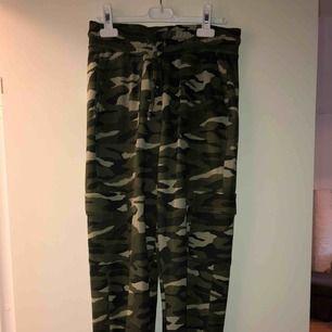 Militär mönstrade cargo byxor med fickor  Frakt tillkommer