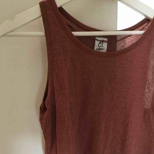 Kort linne (går knappt över naveln på mig som är 179 cm lång) av märket O1 First. Storlek XS. Frakt ingår ej.  Jag tar swish. 😊☀️