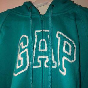 Gap kofta med fläck på sig, därför säljs väldigt billigt. Annorlunda ball blå färg  Frakt tillkommer