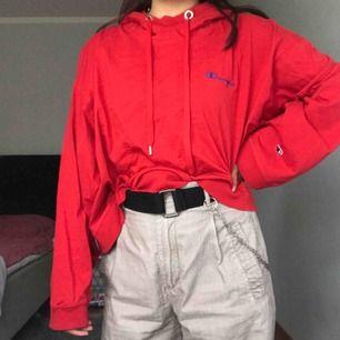 Medium size hoodie. Röd och i maglängd köpt från weekday. Originalpris 500, ostruken och använt ett flertal gånger!! möts i Stockholm (: