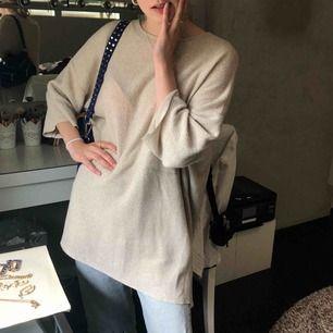 Beige oversized tröja från Zara! Frakt tillkommer på 45kr.