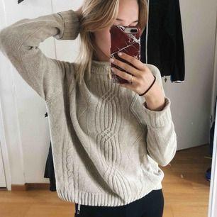 Beige (typ)stickad tröja. Otroligt skön med fint mönster. Ej använd mycket. Fraktar :)