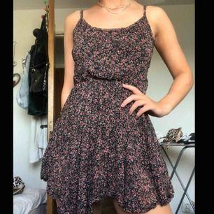 Blommig klänning i storlek XS, såhär sitter den på mig och jag är 1.64, vet inte vilket märke💗