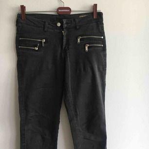 Snygga gråsvarta skinny jeans från Mango! Fint skick 🌼
