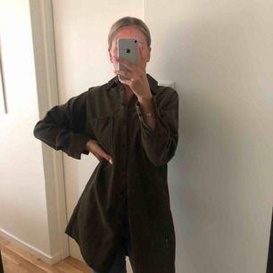 Jätte snygg oversized manchester skjorta från zara i mörk khakifärg. Kommit till användning en gång tyvärr sedan aldrig igen, som helt ny.