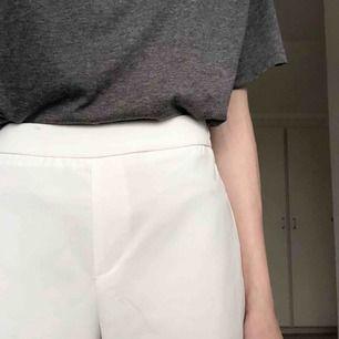 Vita byxor från Bikbok i storlek XS. Använda 2 gånger så i princip i nyskick. Frakt 55 kr!