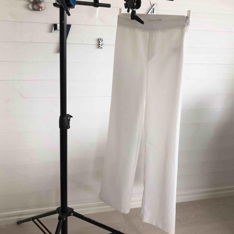Vita byxor från Bikbok i storlek XS. Använda 2 gånger så i princip i nyskick. Frakt 55 kr!. Jeans & Byxor.