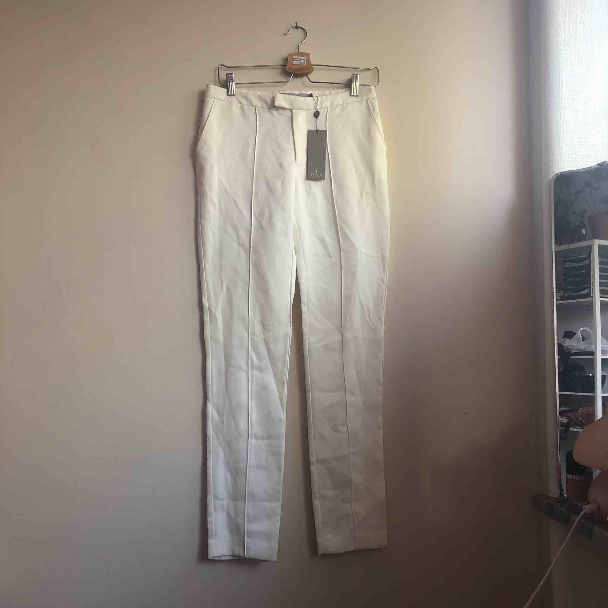 Frakt inkluderad! Vita tiger of sweden byxor helt nya o aldrig använda pga att de är för smååå snyft snyft :(. Jeans & Byxor.