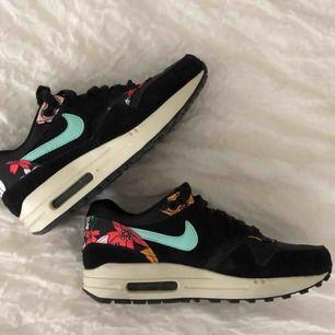 Sneakers från Nike, knappt använda så dom är som nya!