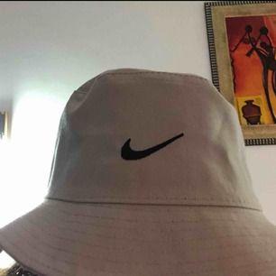 (FÖRSTA BILDEN ÄR INTE MIN)  Säljer en buckethatt som inte kommer så mycket till användning. Möts upp i Sthlm och fraktar☺️💖