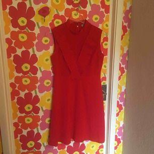 Röd klänning från asos, hög halsringning och dragkedja bak. Lite vintageinspirerad i fint skick. Dröm!